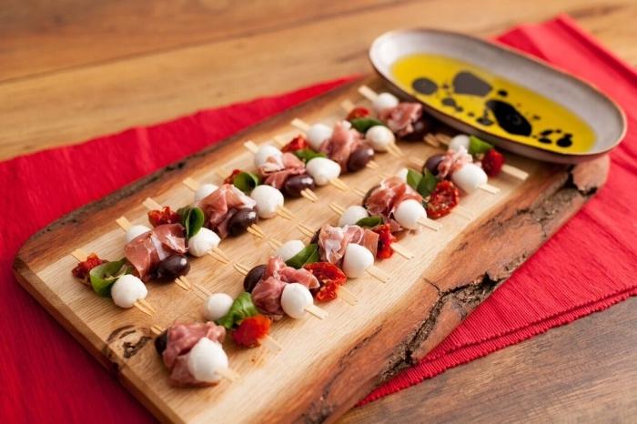 kleine spieße mit fleisch, mozzarella und getrockneten cherry tomaten, schnelle fingerfood rezepte für party, picknick ideen