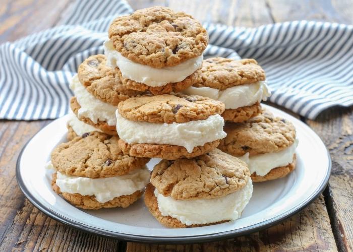 schnelle fingerfood rezepte, eicreme sandwiches, kekse mit schokoladenchips, eicreme mit vanille