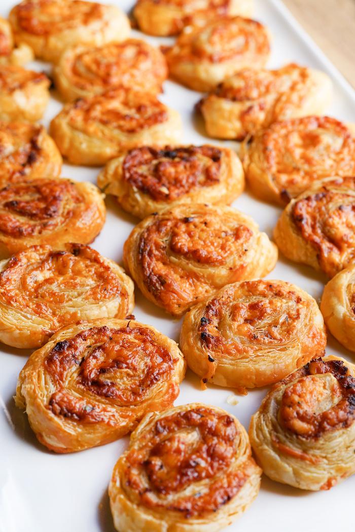 Mini Röllchen mit Hackfleisch und Parmesan, kleine Häppchen für Party Gäste, Fingerfood Rezept