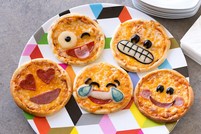 Mini Emoji Pizza für Kinderparty, Pizza mit Chorizo und Parmesan, kleine Häppchen für Party Gäste