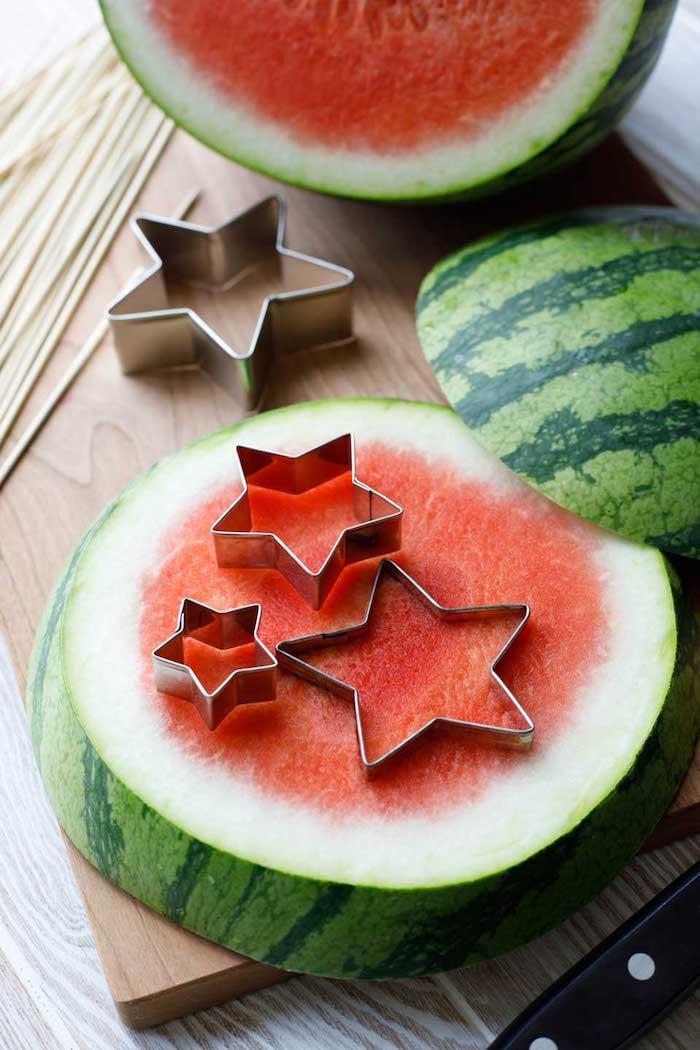 Kleine Sterne aus Wassermelone ausstechen, Party Essen für Sommerparty, gesunde Snacks