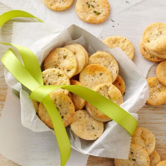 snacks für party, crackers mit salz, fingerfood einfach, partyrezepte, grüne schleife