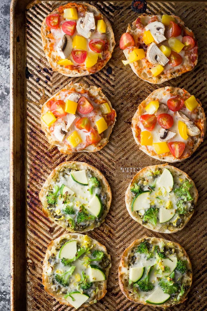 snacks für party, mini pizzas mit verschiedenen zutaten, häppchen mit cherry tomaten und pilzen