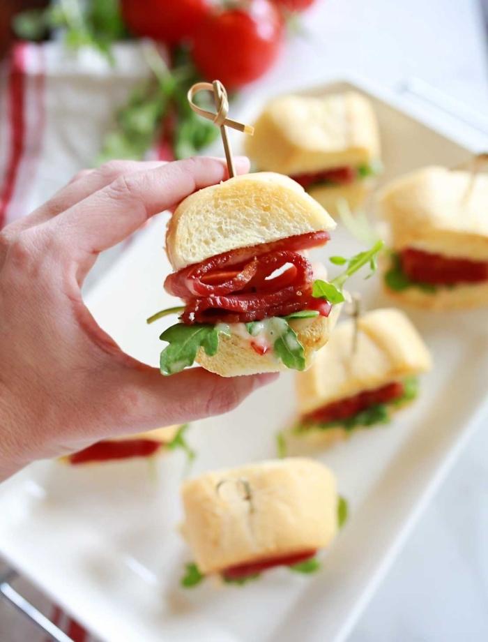 burger mit wurst und frischer petersillie, snacks für party, mini sandwiches mit wurst und petersillie