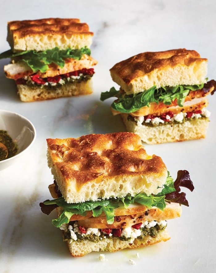 snacks für party, partyessen lecker, mini burgers mit salat, ziegenkäse, olivenpasta, pesto focaccia