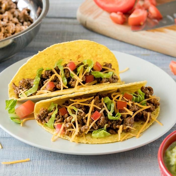snacks für party, tacos mit hackfleisch, cherry tomaten, grüner salat und cheddar käse, zubereitung