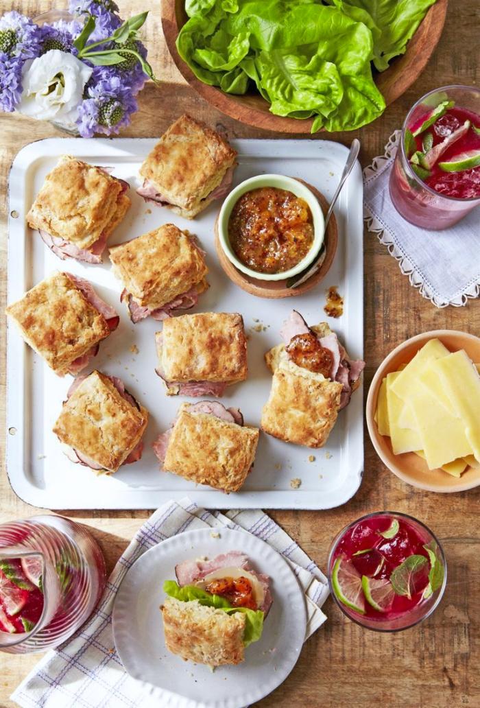 häppchen aus blätterteig und fleisch, snacks für unterwegs, mini sandwiches mit schinken und zweibel, picknick essen