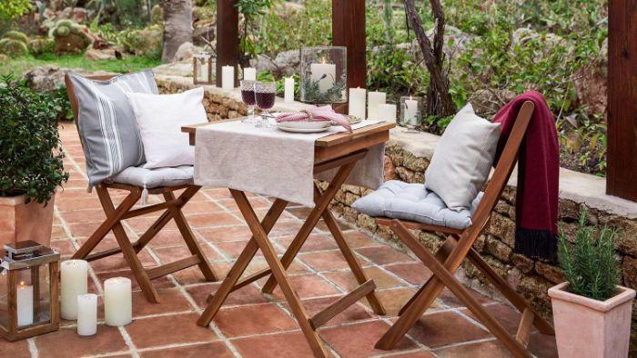 schöne balkone und ideen zum inspirieren, dezente holzmöbel und feine einfarbige deko
