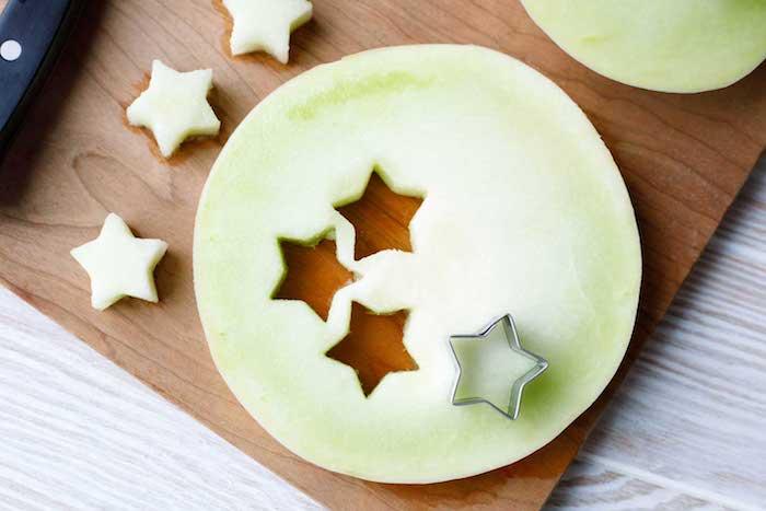 Kleine Sterne aus Zuckermelone ausstechen, gesunde Snacks für Sommerparty