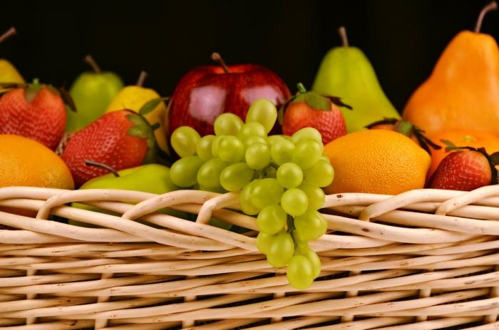 ein Korb voller Früchte, gesundes Essen zum Abnehmen, das Ziel ist Strandfigur
