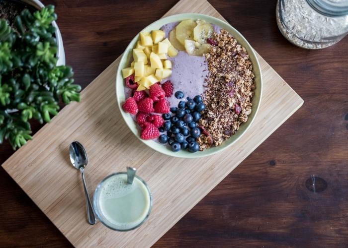 Beeren, Nüsse und Smoothie, Superfood für eine gesunde Ernährung
