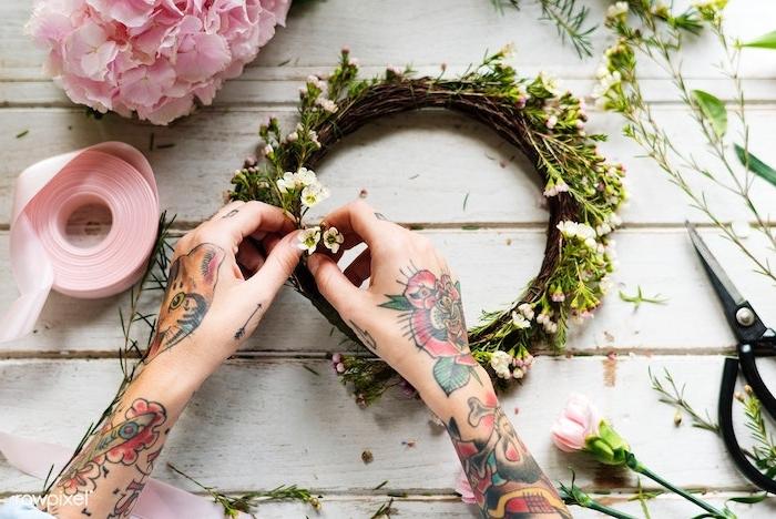 Farbige Tattoos an beiden Händen, Katze und Blumen Tattoo, Blumenkranz basteln