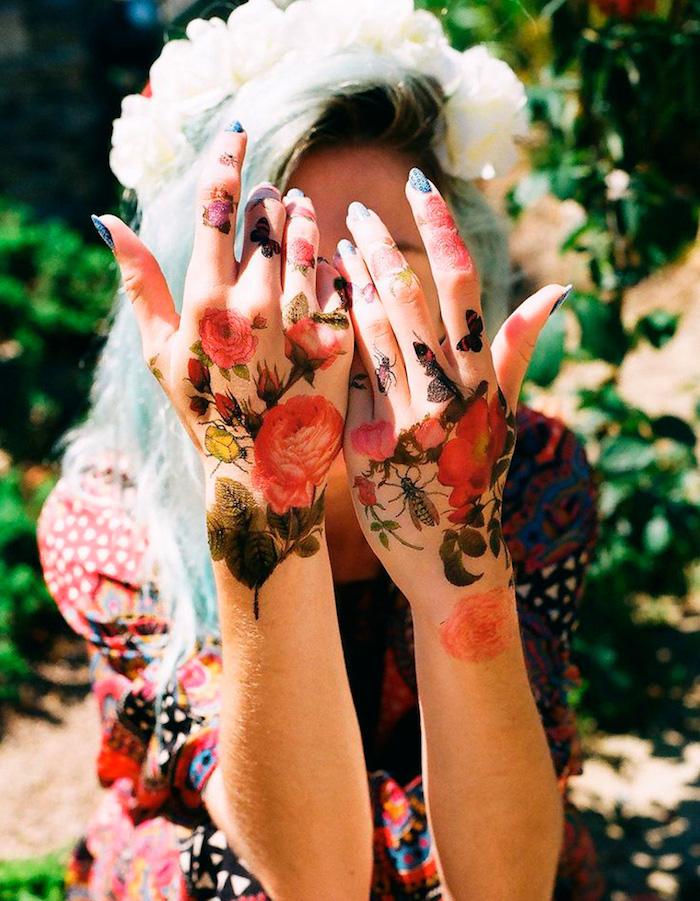 Farbige Blumen Tattoos an beiden Händen, Rosen Tattoos, weibliche Tattoo Motive