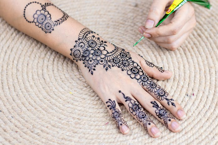 Henna Tattoo Schritt für Schritt selber machen, mit Blumen Motiven, Ideen für temporäre Tattoos