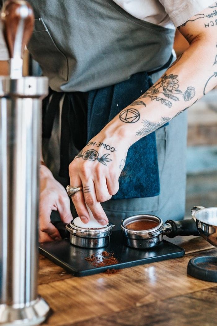 Ideen für Arm Tattoos, Blumen Tattoo Motive und Initialen, Kaffee zubereiten