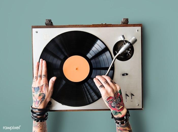 Coole farbige Hand Tattoos, Blumen Tattoos und Katze, kleine Tattoos an Fingern, Schallplatte und Plattenspieler
