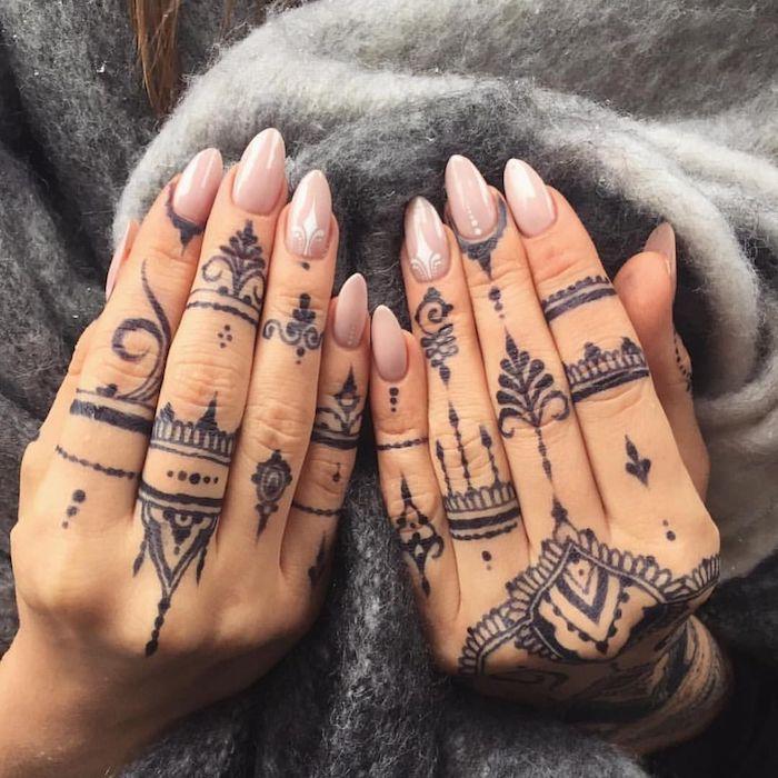 Henna Tattoos an den Fingern, temporäre Tattoos für den Sommer, spitze Nägel