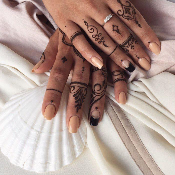 Henna Tattoo an den Fingern, coole temporäre Tattoos für Frauen, Nagellack in Beige, Ring mit Kristallen