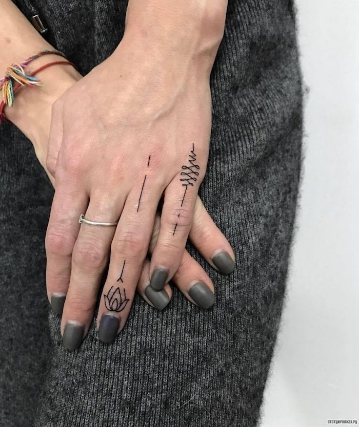 Winzige Tattoo Motive für Frauen, kleine Tattoos am Ringfinger und am kleinen Finger, grauer Nagellack