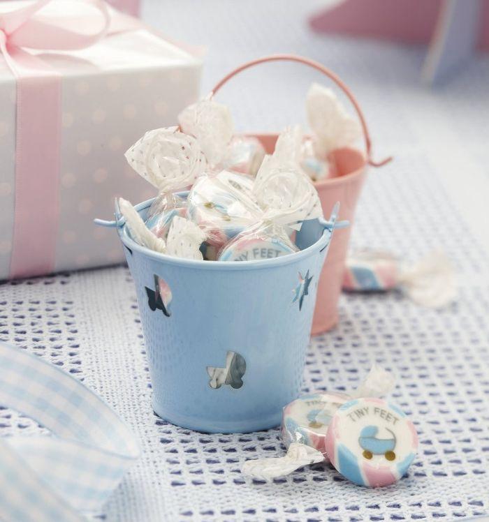 tischdeko taufe junge, ein dekorstück, deko idee für party von einem jungen, blau rosa und lutscher deko