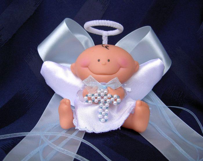 taufe deko ideen, kleine figur von einem baby als engel gestaltet, baby hält kreuz
