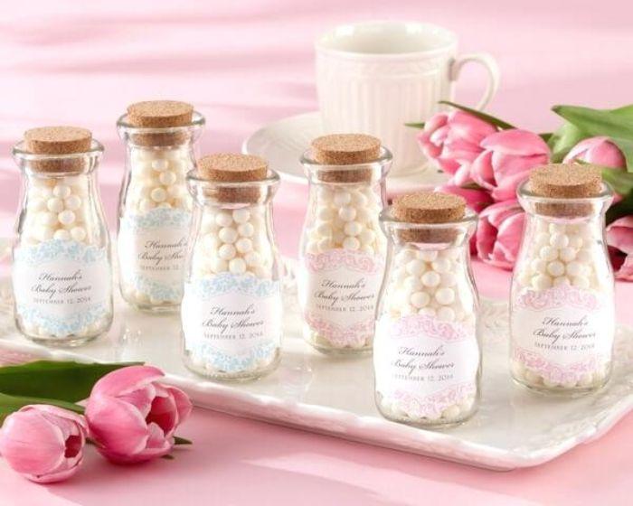 taufe deko ideen kleine glasflaschen voll von zuckerperlen und mit botschaften, gastgeschenke taufe