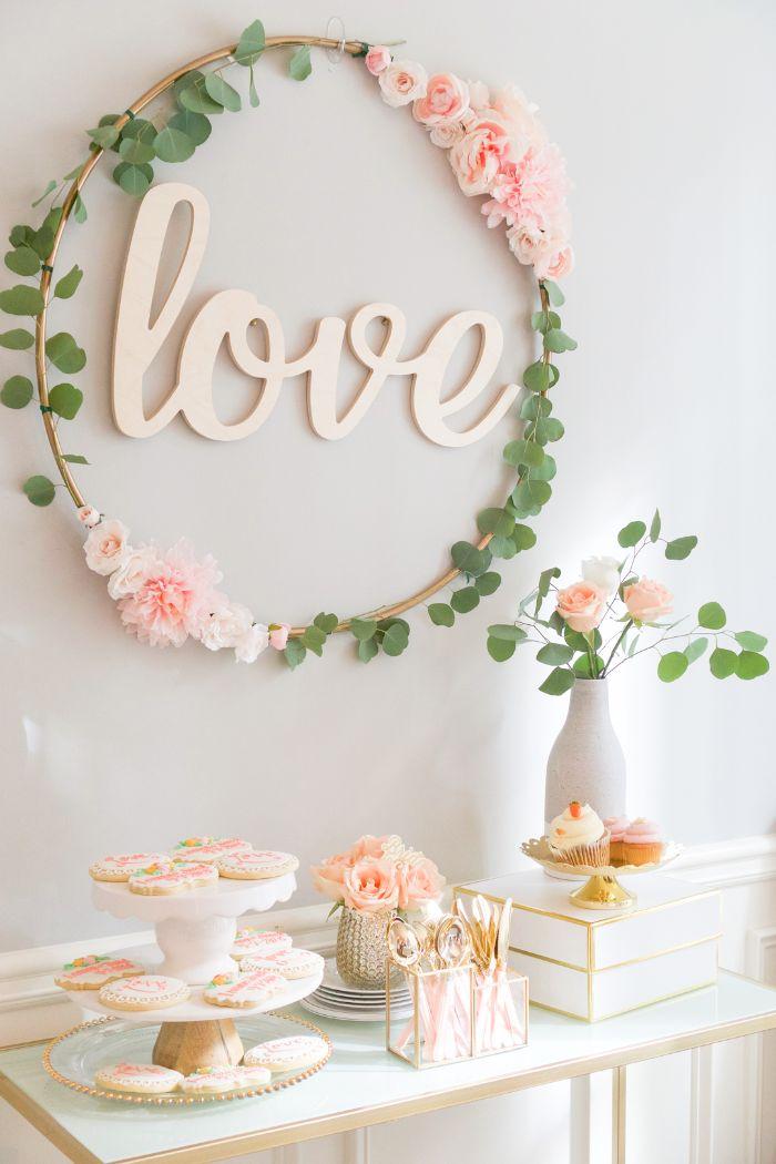 taufeko idee zum entlegnen, wand dekorieren mit einem selbstgebastelten dekostück, liebe, vase mit den selben blumen