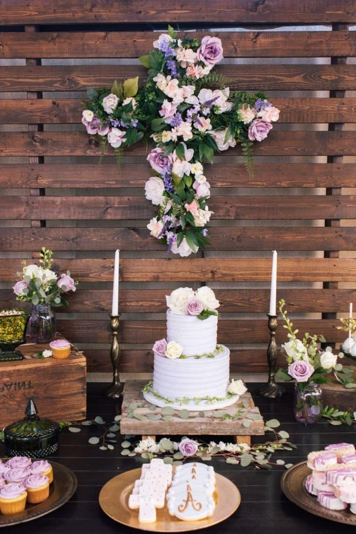 tischdeko taufe, kreuzdeko ideen, blau und lila mit weißen blumen deko kreut und eine torte, zwei kerzen