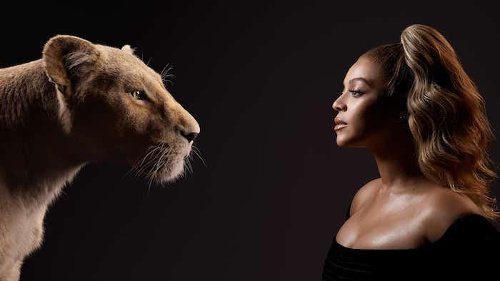 die sängerin beyonce mit einem schwarzen kleid und eine große löwin nala, der song spirit, der könig der löwen
