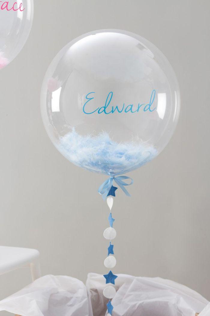 taufe deko junge, schöne idee ein großer balloon in weiß und blau mit dem namen des jungen darauf geschrieben