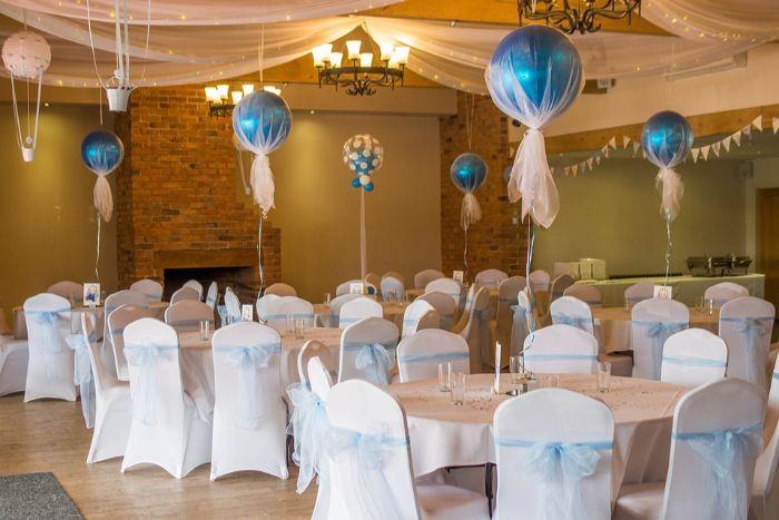 taufe deko junge, eine deko idee für das restaurant, wo die taufparty gemacht wird, blaue balloons mit helium