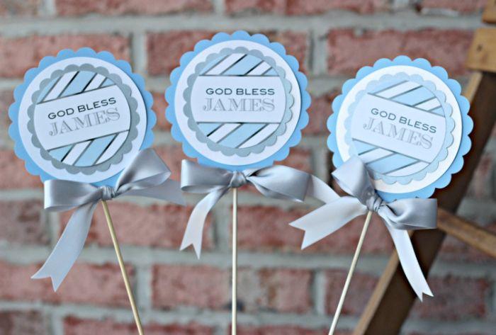 taufe tischdeko, lutscher aus papier, coole deko ideen, blaue kleine gästgeschenke zum erinnern