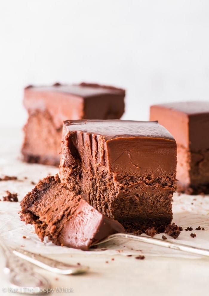 schokoladenkuchen einfach, torte ohne backen, kucnen mit schokolade und eicsreme