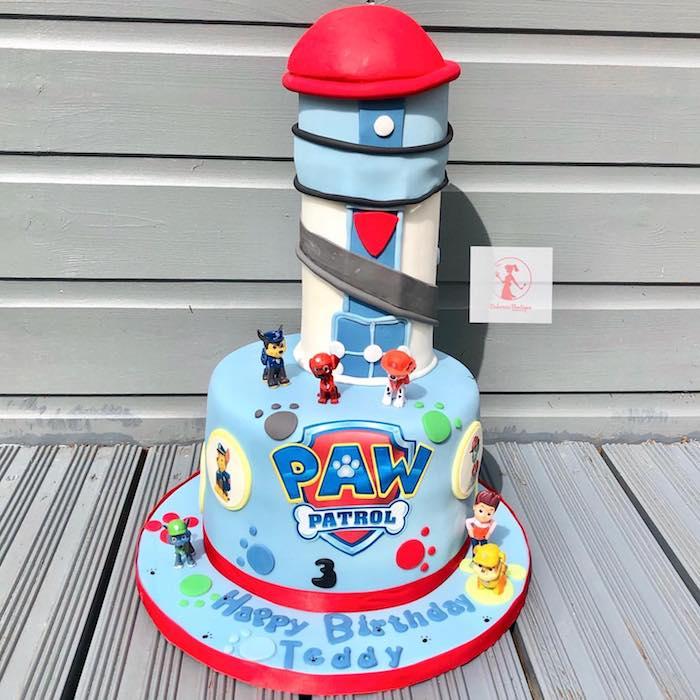 Kindergeburtstagstorte mit Paw Patrol Turm, blaue Fondant Torte für Jungen, ausgefallener Kuchen