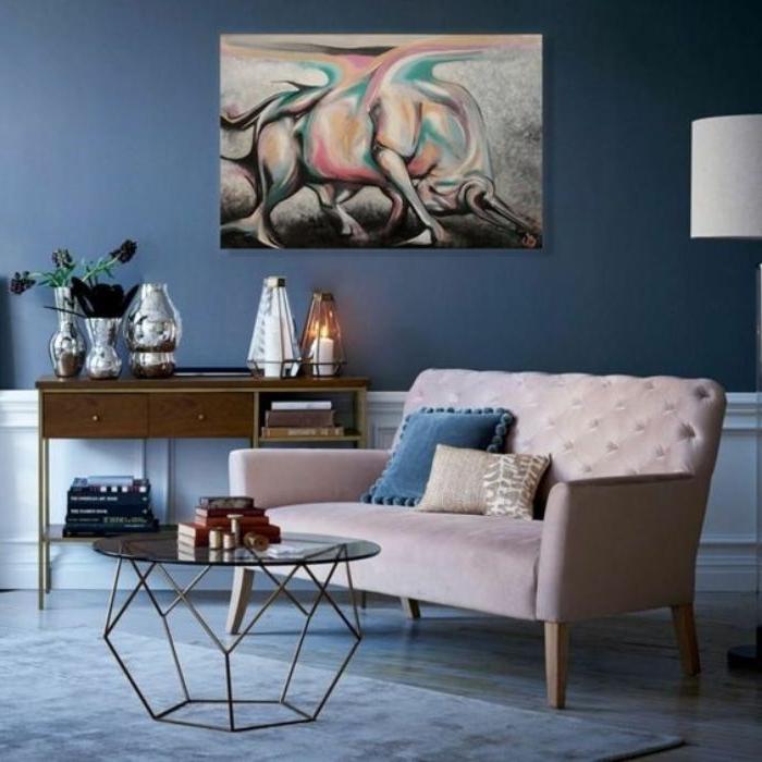 petrol farbe wohnzimmer, dunkle wohnwand gestaltung mit einem bild als deko in weiß grau une bunte details