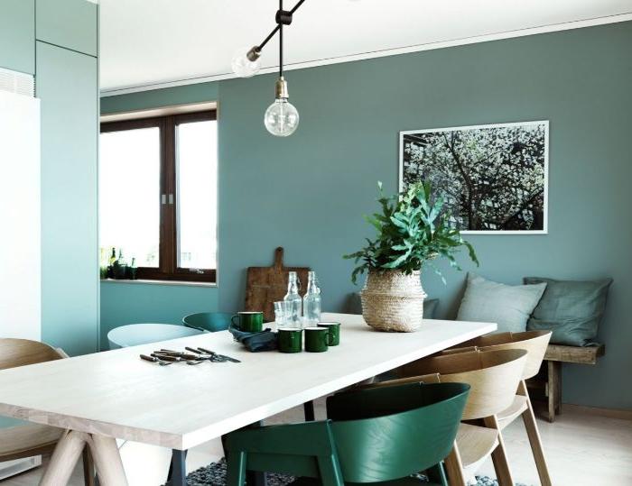 petrol farbe psychologie, tisch weiß mit bunten stühlen, petrolfarbe in grauer nuance als wandfarbe