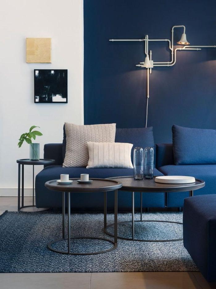 petrol farbe wohnzimmer, wohnideen, wohndeko, zimmergestaltung ideen, kissen, weiße und blaue deko kissen, kaffeetisch