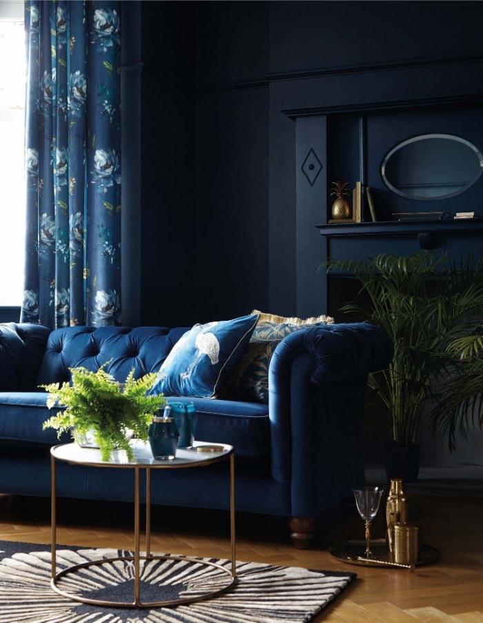welche farbe passt zu petrol kleidung, wohnung und stil in dunklen farben, petrol in blauer nuance wohnzimmer sofa und deko
