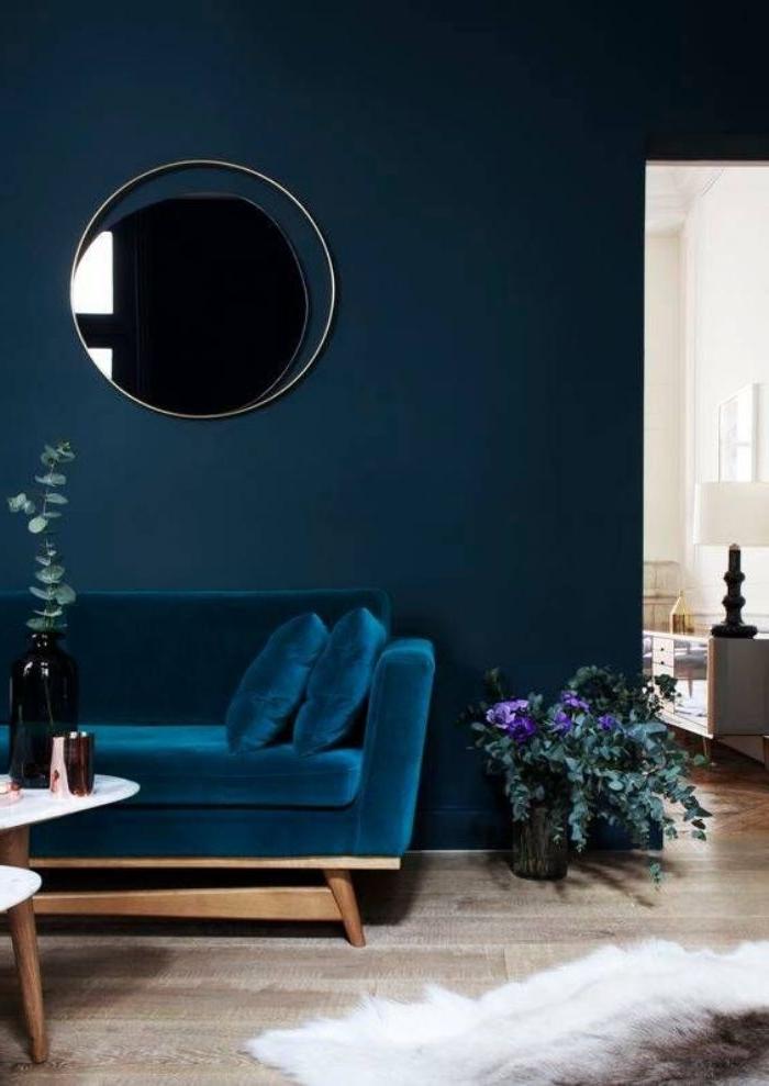 welche farbe passt zu petrol kleidung, wohnzimmer ideen samtstoff als überzug auf dem sofa, spiegel an der wand