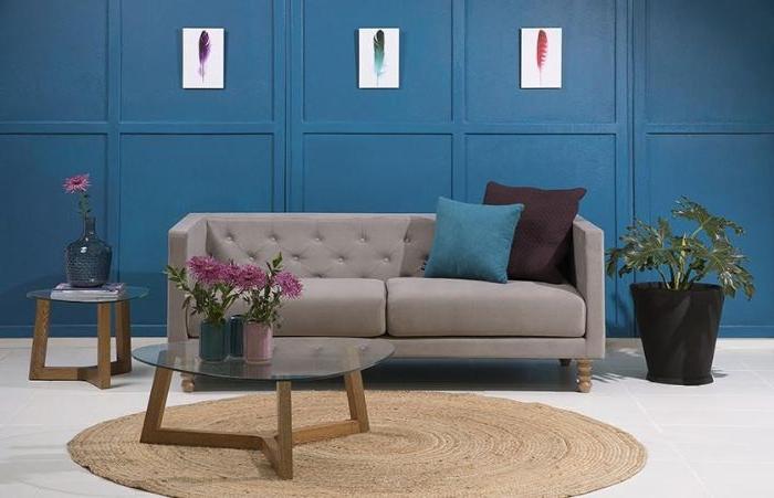 welche farbe passt zu petrol kleidung, blaue nuancen des grauen sofas, deko ideen zum inspirieren, lila blumen in vase auf dem tisch