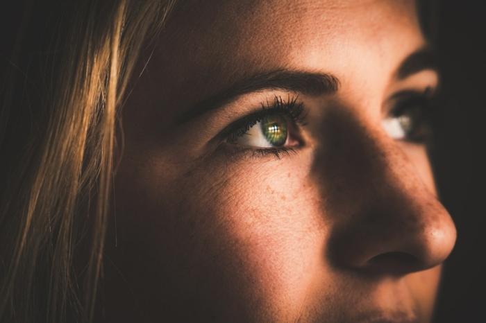 ein Mädchen mit glänzenden Augen, Sommersprossen und schöne lange Wimpern nach dem Wimpernserum