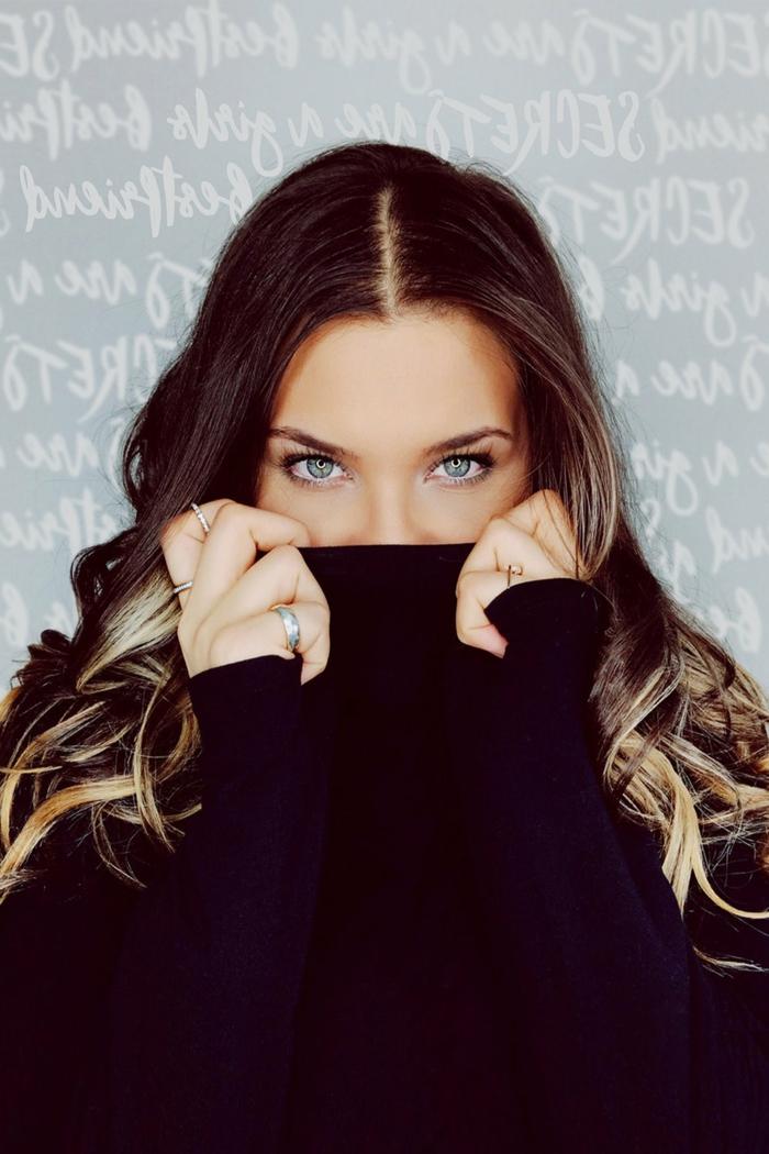 ein Mädchen mit bezaubernden Wimpern, blaue Augen, Wimpernserum schafft schöne Wimpern