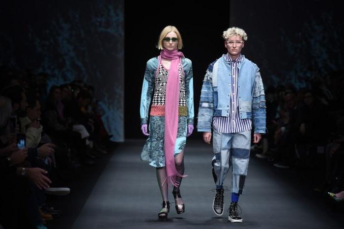 vegane kleidung bei einer modeschau, mann und frau, blonde haare, blaue und bunte outfits
