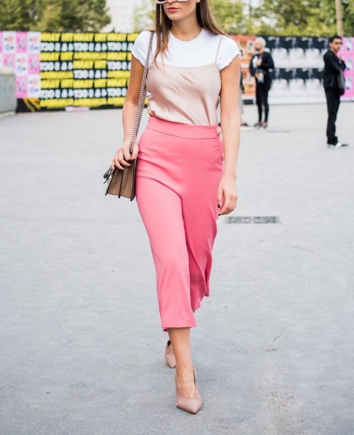 vegane kleidung, eine schlanke frau mit rosa hose, mittellang, weißes tshirt, tasche