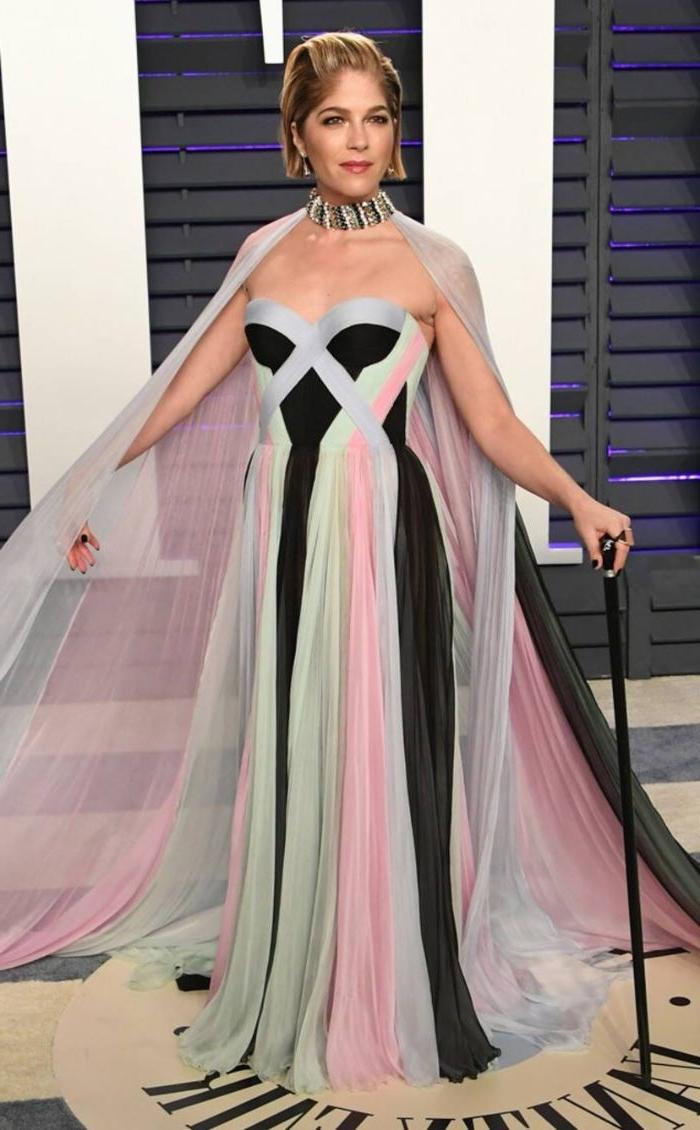 öko mode, eine frau als model von nachhaltiger kleidung, dicke halskette, kurzes haar