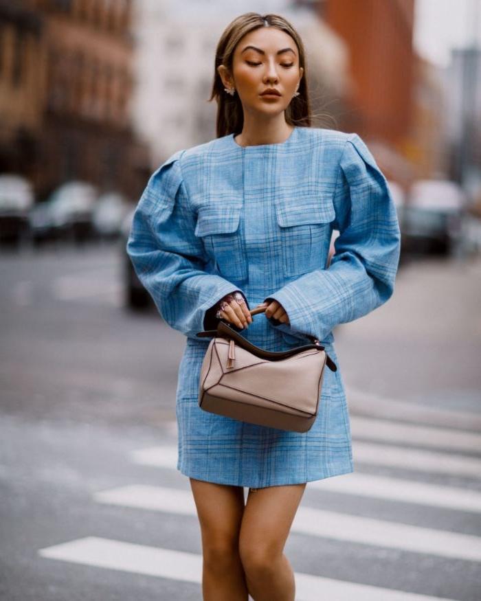 nachhaltige produkte, blaues hemdkleid, eine frau mit beiger tasche, oberteil