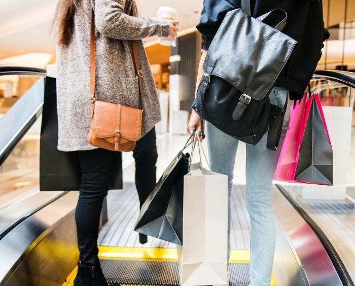 öko mode, fashion ideen zum entlehnen, zwei freundinnen gehen zusammen shoppen
