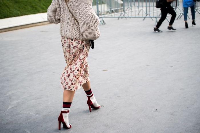 öko mode, eine frau von hinten fotografieren, absatzschuhe, rock, weste, oberteil selber stricken