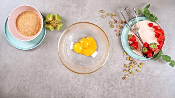 1 eis selber machen ohne eismachine semifreddo eiscreme nötige zutaten eier beeren zucker