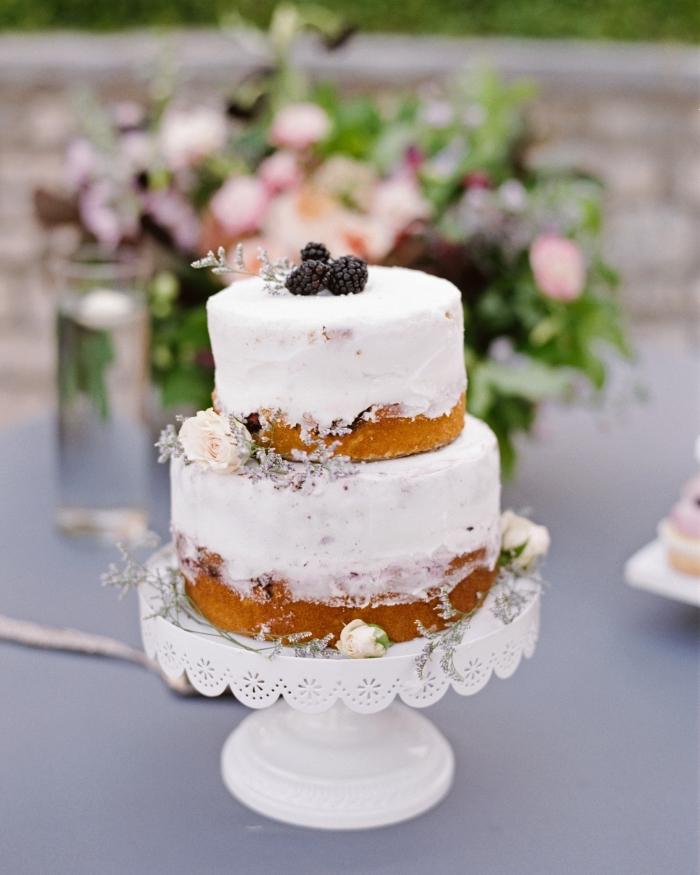hochezitstorte ideen, 2 stöckige torte rezept einfach, kleiner kuchen mit brombeeren